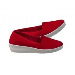 Czerwone wsuwki na koturnie