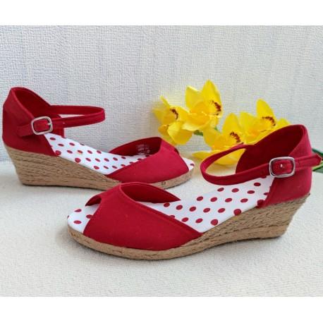 Czerwone sandałki na niższej koturnie