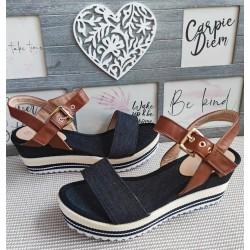 Czarne sandałki na niższej koturnie